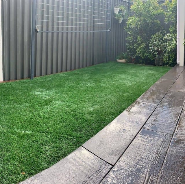 New week, new work !  Sharing a perfect backyard transformation by @balancedlivinglandscapes with our English Meadow ! ✨  With its vibrant green and soft touch, it is a perfect match with these nice pavers !🌿  Swipe to see the before/after ➡️  Great job guys ! 💪